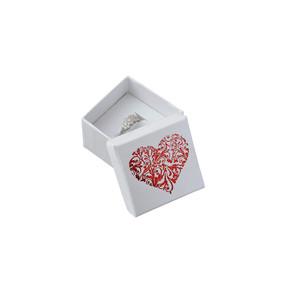 Bílá vroubkovaná krabička s červeným srdéčkem.