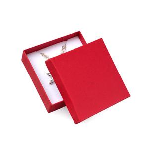 Červená vroubkovaná krabička