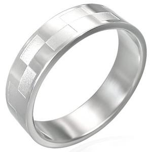 Lesklý ocelový prsten s matnými obdelníčky na povrchu